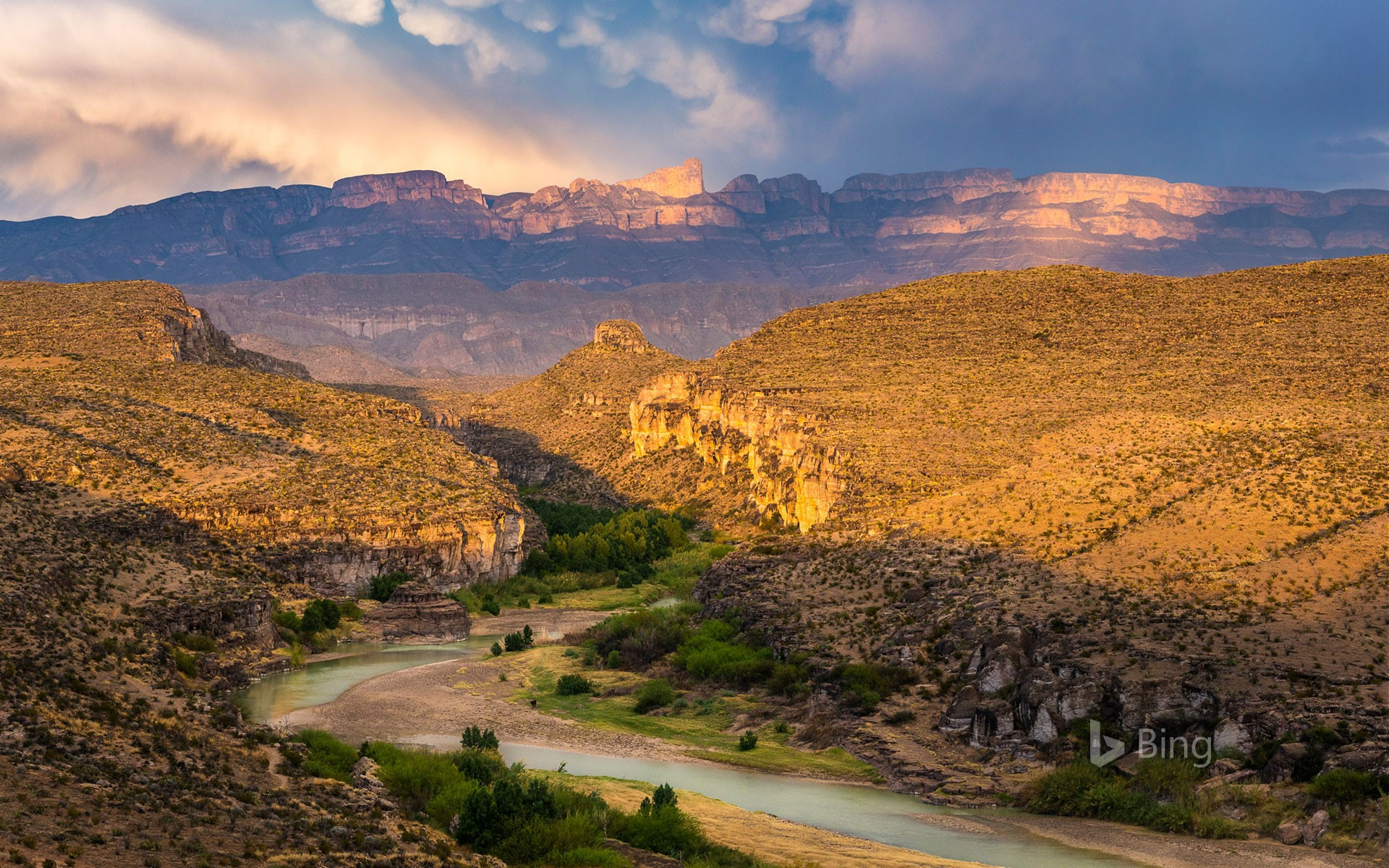 Rio Grande and Sierra del Carmen range in Big Bend National Park, Texas (© Grant Ordelheide/Tandem Stills + Motion)