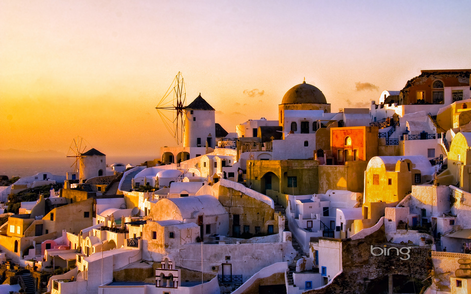 Oia at sunset on Thíra (Santoríni), Greece