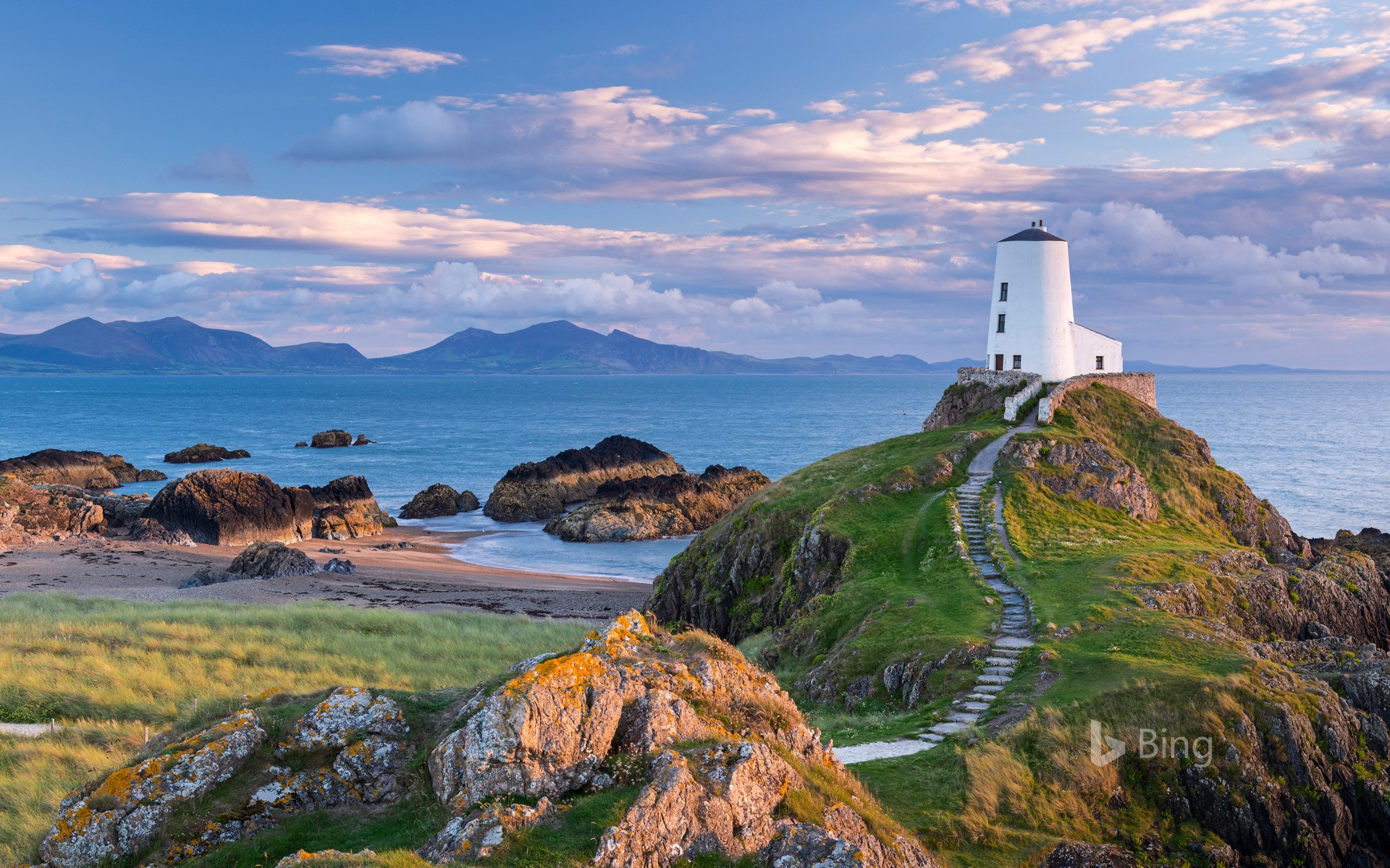 Tŵr Mawr Lighthouse on Llanddwyn Island in Anglesey, North Wales (© Jon Arnold/DanitaDelimont.com)